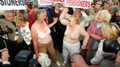 Пенсионери се разбунтуваха срещу затварянето на секс шоп в Полша