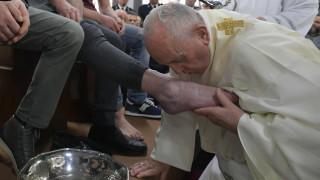 Папа Франциск изми краката на 12 затворници