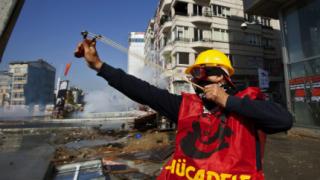 Вицепремиерът на Турция нападнат с юмруци от журналист