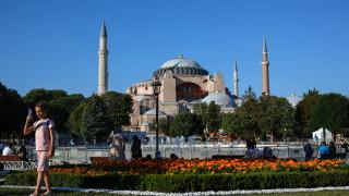 Пир по време на чума: Оборотите в Турция растат докато икономиката се срива