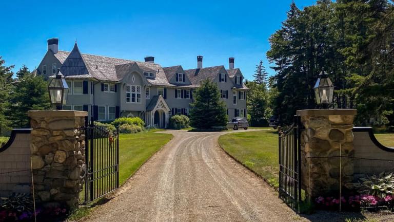 Звездата Джон Траволта продава за $5 милиона имение на брега на океана с 20 спални