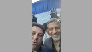 БСП депутат си прави селфи с Джордж Круни на форум за геноцида в Ереван
