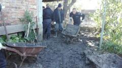 Военни моряци помагат на пострадалите от наводнението в Бургас