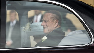Принц Филип невредим след автомобилна катастрофа