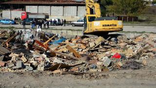 Събарят ромски бараки в Габрово
