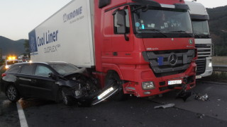 Катастрофа между тир и микробус затвори пътя София-Варна