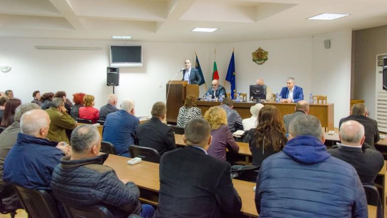 """Държавата """"цъфти и върже"""", а БСП се занимава с глупости, убеждава Цветанов"""