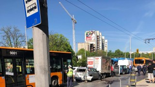 """2 столични рейса приклещиха 5 автомобила на """"Сливница"""""""