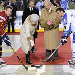Елизабет II стъпи на леда, за да открие хокеен мач