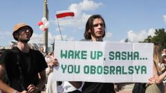 """Лукашенко с """"Калашников"""" в ръка: агресията на отчаянието"""