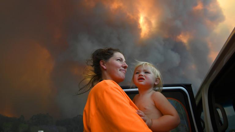Най-малко четирима души са загинали при катастрофалните пожари, които бушуват