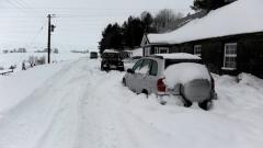 Вижте как да почистите снега пред дома си без усилия (ВИДЕО)