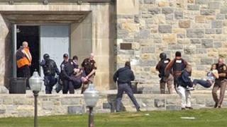 Въоръжен застреля 32 студенти в щатски университет