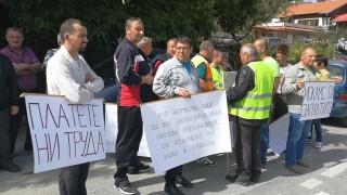 Работници блокираха пътя Смолян-Пловдив заради неизплатени заплати