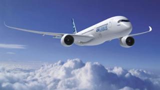 Airbus кацна аварийно в Петербург с повреден двигател