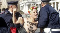 Фемен с брутална демонстрация със сексуален намек във Ватикана