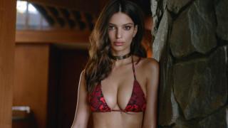 Емили Ратайковски и любовта към женските гърди