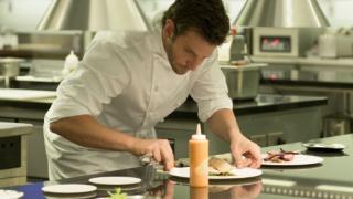 Брадли Купър става гладиатор в кухнята (ВИДЕО)