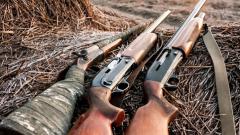 Млад мъж стреля с пушка при бой с камъни