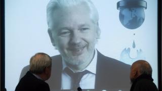 """""""Уикилийкс"""" се готви да """"подлее вода"""" на Хилари Клинтън"""