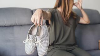 Лесен трик за предотвратяване на миризливи обувки