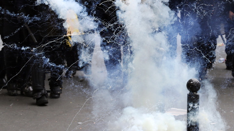 Франция стачкува срещу реформите на Макрон, съобщава Ройтерс. Протестите са