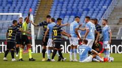 Два гола, нерви и червени картони не бяха достатъчни за победител в дербито Лацио - Интер