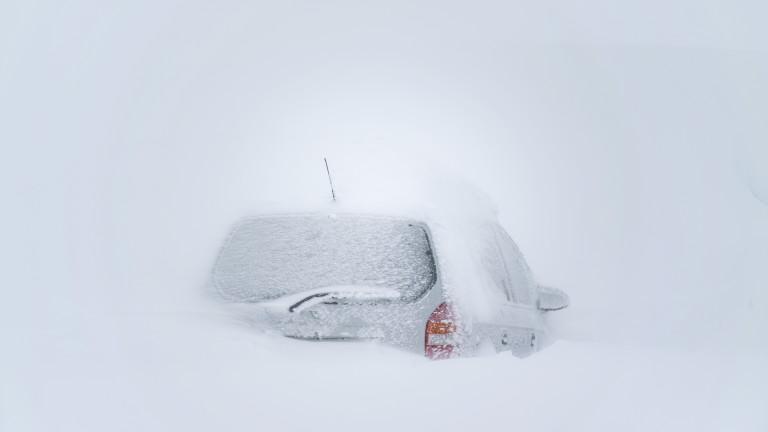 Сняг се изсипа от покрив на хотел и премаза коли в Пампорово