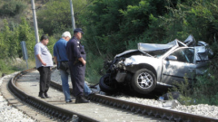 Кола се блъсна във влака за Карлово