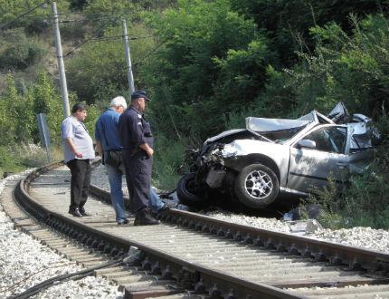 Влак помете кола на жп прелез