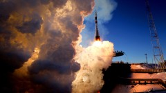 Тримата астронавти пристигнаха успешно на Международната космическа станция