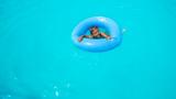 Проверяват пособия за плуване за деца, за да е безопасно лятото