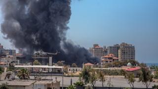 "Израел бомбардира дома на лидер на ""Хамас"" в Газа"
