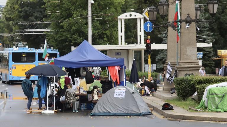 След 28-ия ден на антиправителствените протести, когато бурята счупи палатки