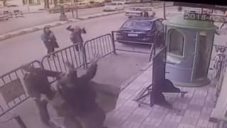 Египетски полицаи хванаха дете, паднало от третия етаж