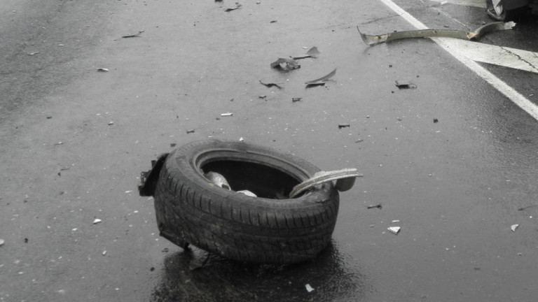 Катастрофа блокира пътя между Луковит и Ябланица