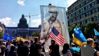 """В Прага посрещнаха руските """"Нощни вълци"""" с шпалир на позора"""