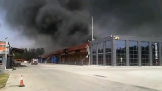 Голям пожар в завод за батерии в Гърция
