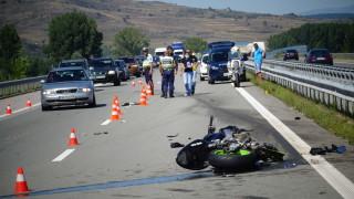 "Жена пострада след удар между два автомобила на АМ ""Струма"""
