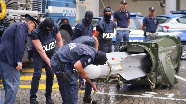 Италианската полиция е иззела голям арсенал от оръжия, включително ракета