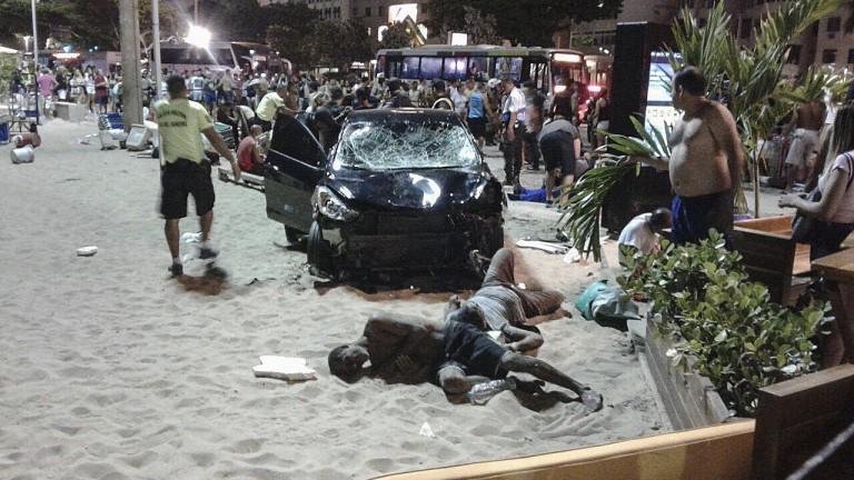 Кола се вряза в тълпа на тротоара на известния плаж