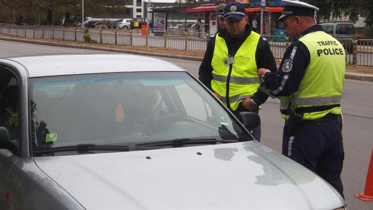 Половин година затвор за шофьор, подкупил полицаи