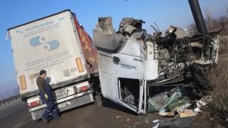 """Катастрофа блокира движението на АМ """"Тракия"""" край Вакарел"""