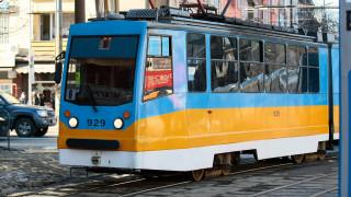 Аварирала кола спря движението на трамвай 8