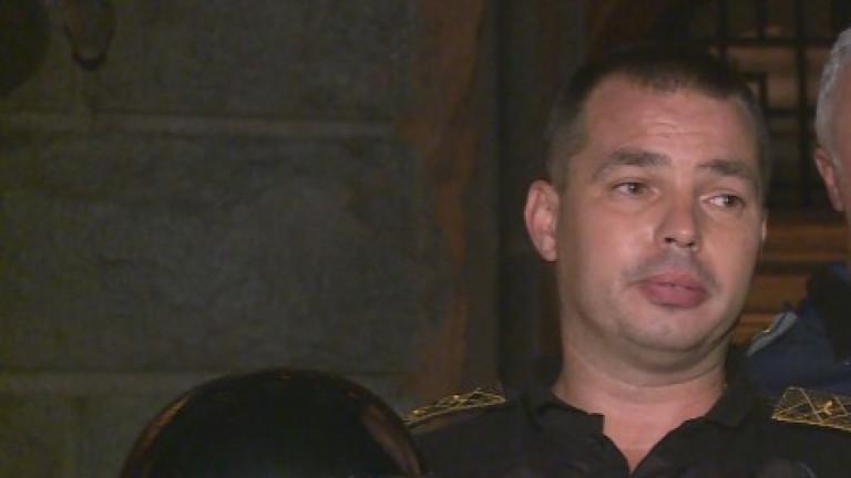 Шестима души са задържани, а двама полицаи са потърсили лекарска