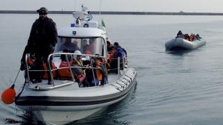 17 турци, бягащи с гумена лодка, търсят убежище в Гърция