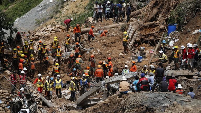Стотици спасители продължават да издирват десетки изчезнали след огромно свлачище,