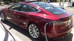 Tesla паркира в гаража с помощта на умен часовник (ВИДЕО)