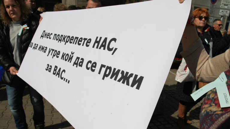 Медицинските сестри продължават протестите